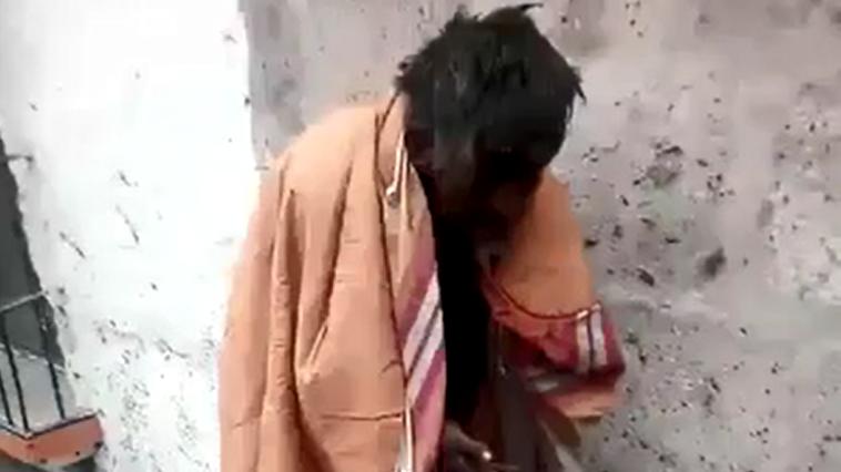 Abrigo para un hombre que dormía en una calle del centro de Arequipa.
