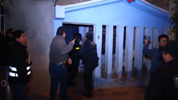 Los agentes ingresan a la vivienda de Carlos Alberto Villanueva Altamirano en el pueblo joven Javier Castro del distrito de Leonardo Ortiz