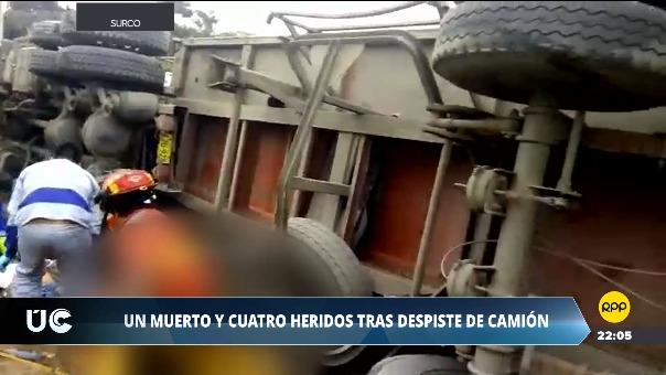 El camión se volteó a la altura de un paradero informal en Surco. El chofer del vehículo dijo que tuvo problemas con los frenos.