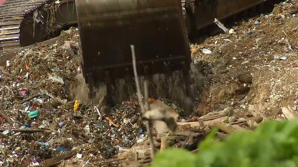 Impresionantes imágenes muestran un gran cúmulo de basura en las aguas de República Dominicana, el cual se formó luego que residuos sean arrastrados desde el río Ozama.