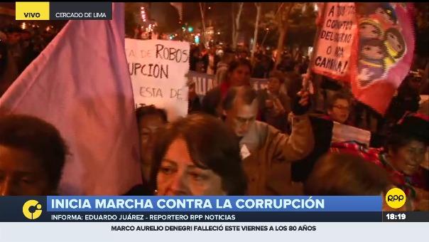 Personas de diversas edades marchan en rechazo a los magistrados involucrados en presuntos actos de corrupción.