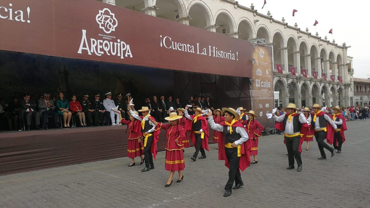 Con danza y música dieron la bienvenida a las fiestas de Arequipa.