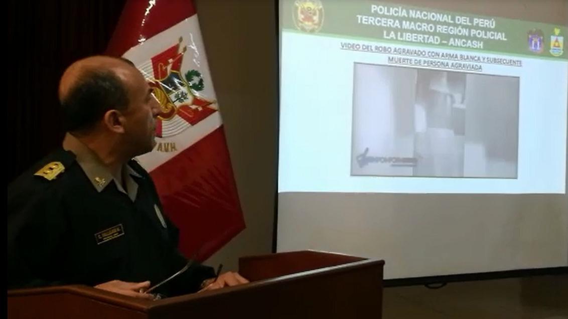 El jefe de la Policía en La Libertad, general César Vallejos, mostró videos del asesinato.
