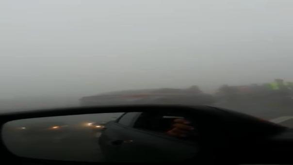 Usuario grabó en su celular la paralización de varios vehículos y la neblina.