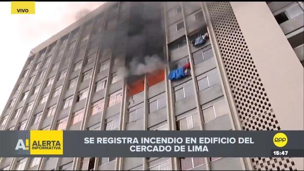 Se registró incendio en edificio del Cercado de Lima.