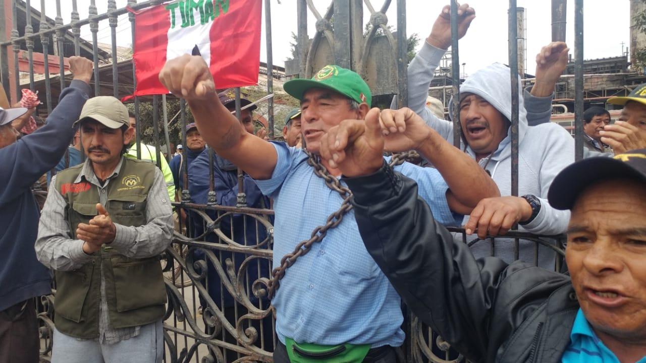 Trabajadores se atrincheran en puerta de fábrica