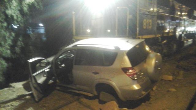 Camioneta fue arrastra varios metros por un tren. No hubo heridos.