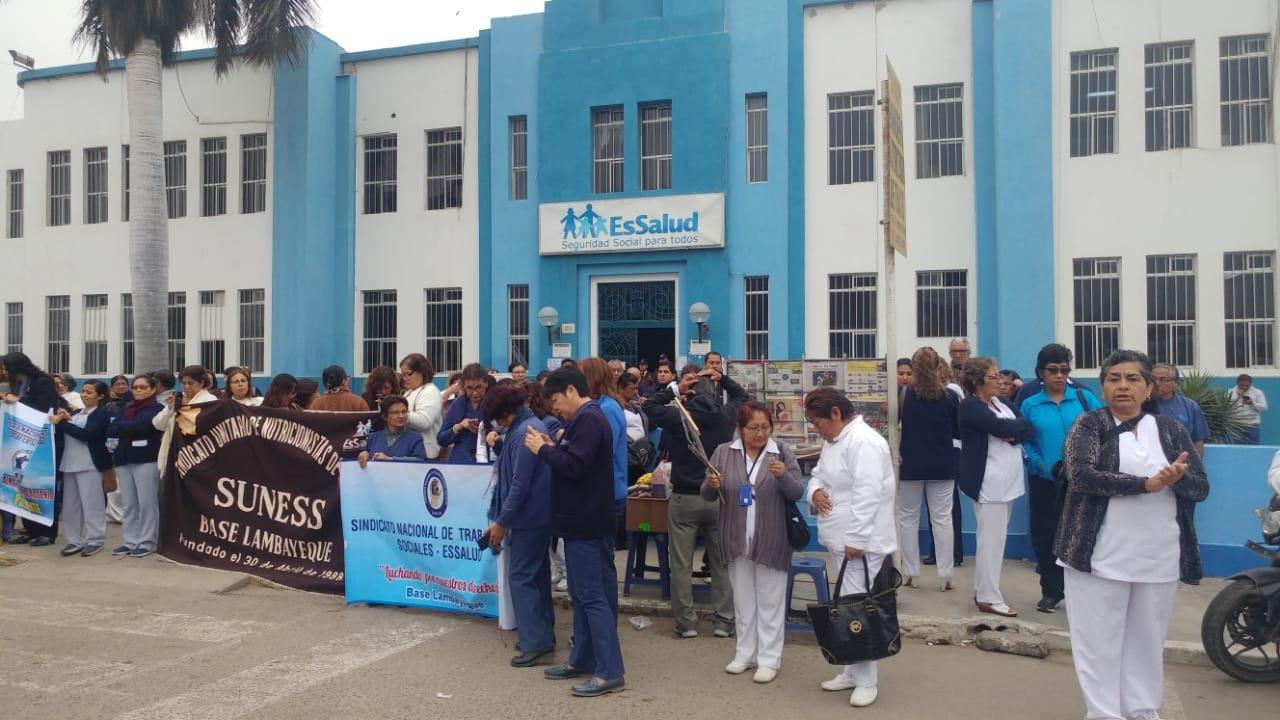 Trabajadores del seguro social protestaron en hospital Almanzor Aguinaga.