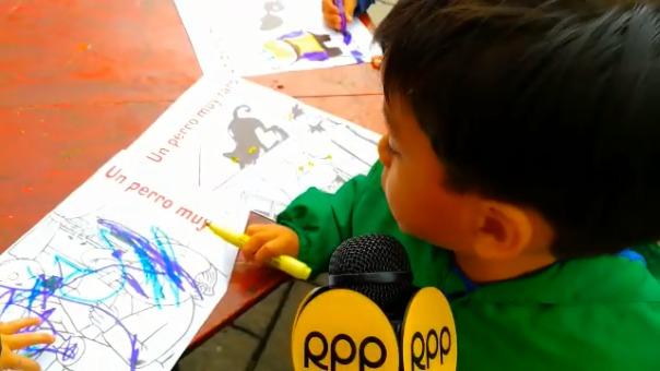 Niños se divierten con la feria del libro.
