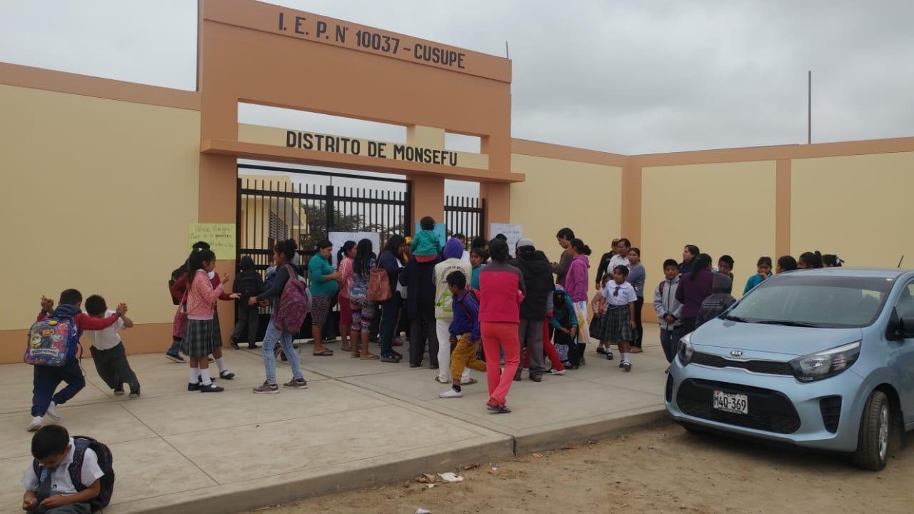 Padres piden a Ugel Chiclayo cambio inmediato de directora.