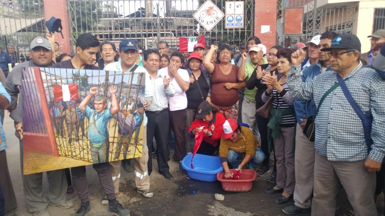 Trabajadores de Tumán lavaron banderas en los exteriores de fábrica azucarera.