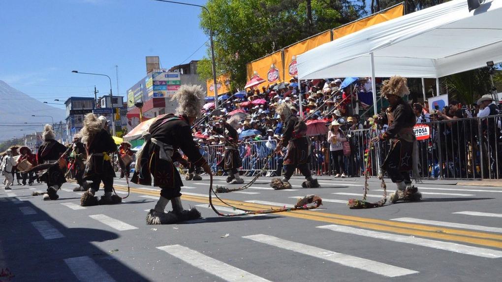90 delgaciones presentaron danzas arequipeñas, nacionales y de otros paises durante el Corso de la Amistad