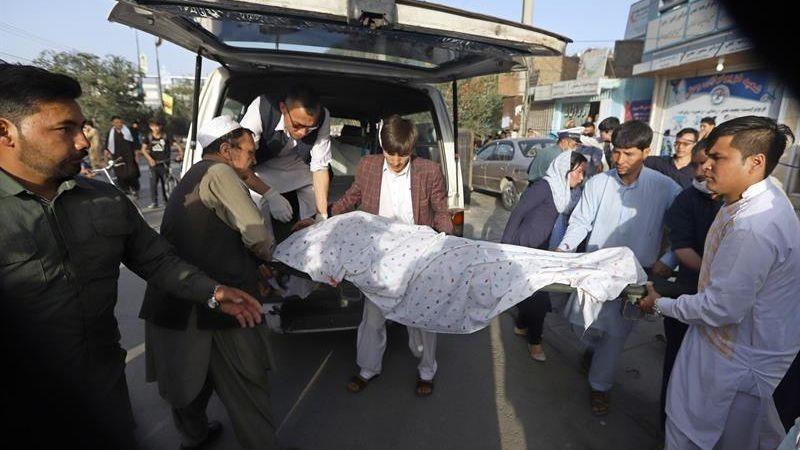 Un terrorista suicida hizo detonar los explosivos que llevaba en un centro educativo de Kabul.