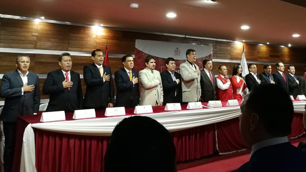 Candidatos firman pacto ético.