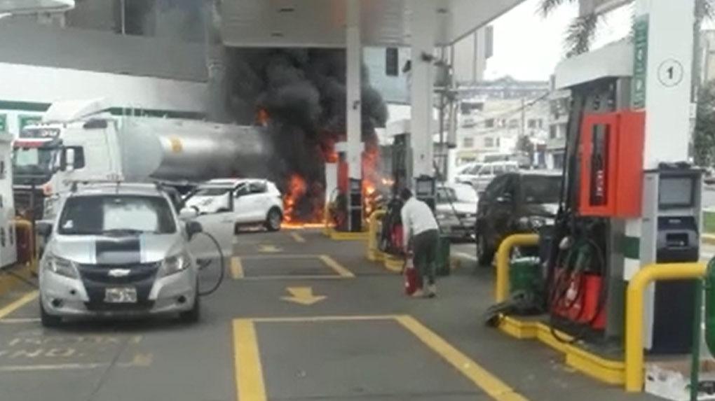 El incendio fue controlado por los bomberos más de una hora después de iniciada la emergencia.