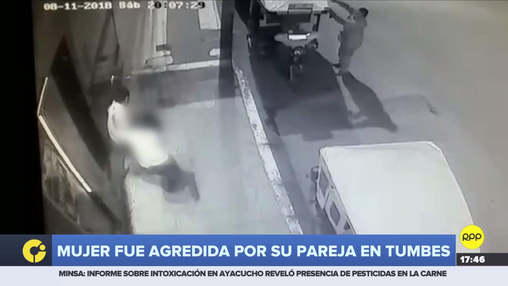 Mujer fue agredida fuera por su pareja afuera de un bar en Tumbes.