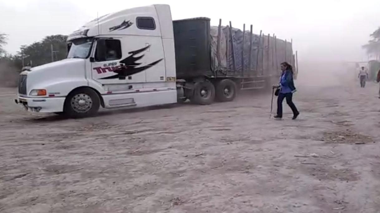 Sin embargo, un camión que llevaba cerca de 400 bolsas, se retiró por un camino distinto, y logró salir de Tumán y llegar a  Chiclayo.