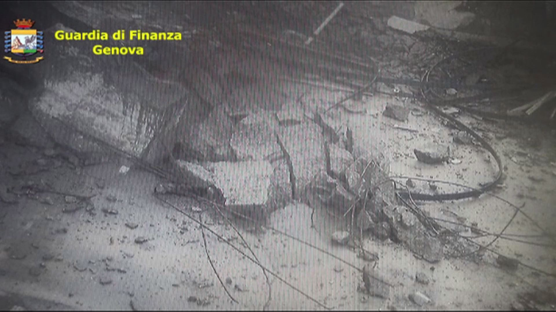 Cámaras de la Guardia di Finanza de Génova captaron el momento en que se derrumbó el puente Morandi.