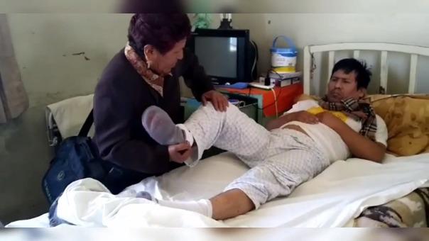 Su madre es su terapeuta, mientras que el hospital busca retirarlo de su local.