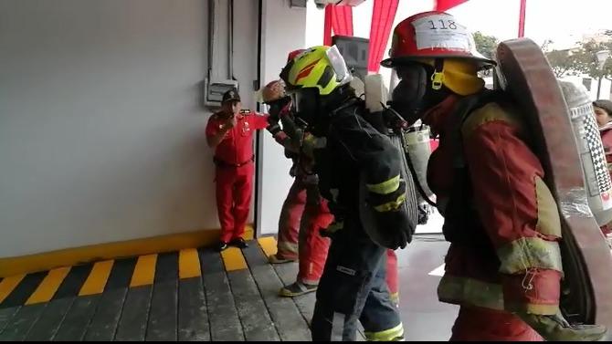 Héroes de rojo ensayan para atender emergencias.
