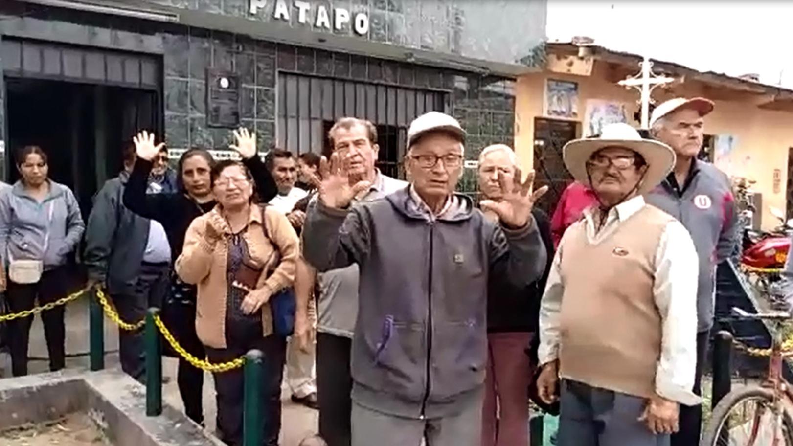Los trabajadores protestaron en los exteriores de la comisaría de Pátapo.