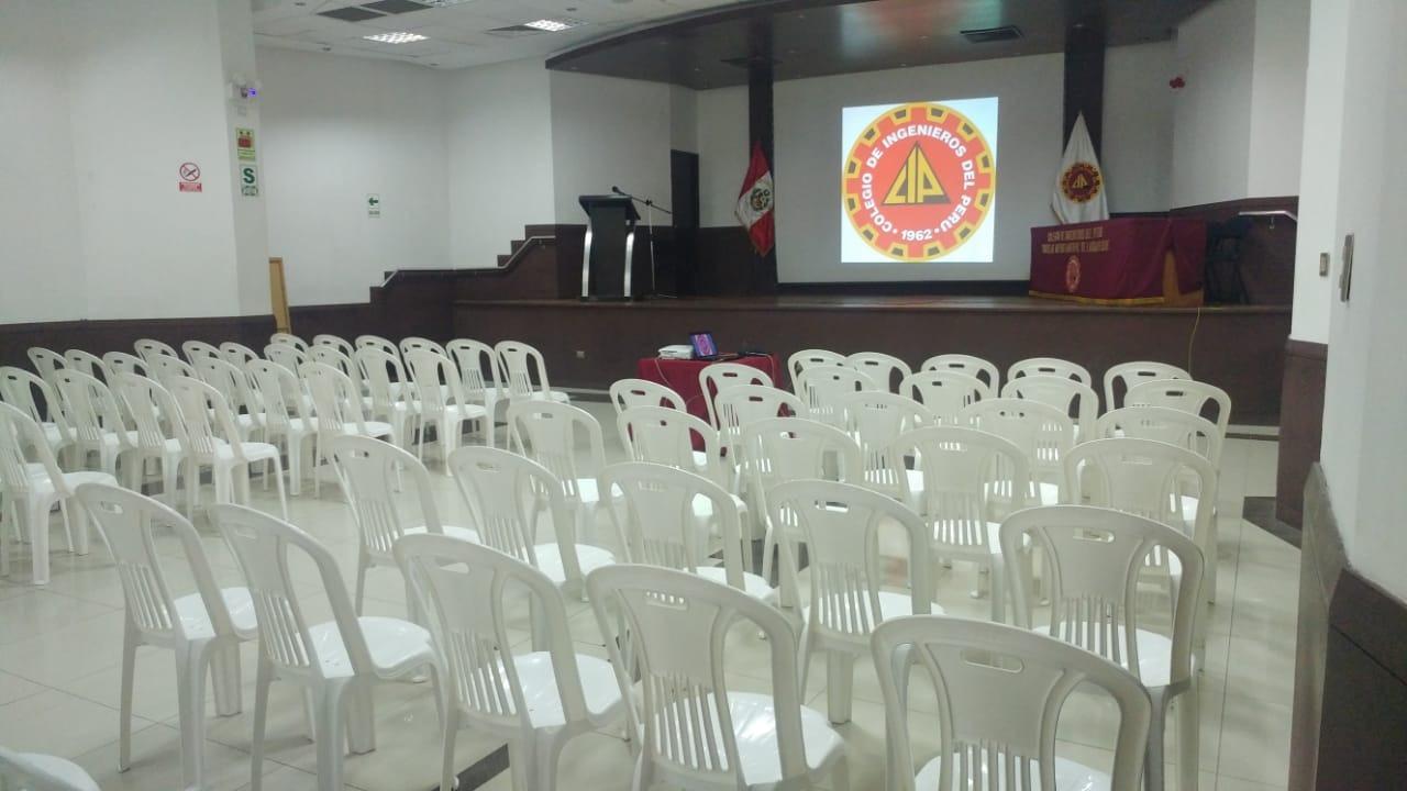 Auditorio del Colegio de Ingenieros completamente vacío.