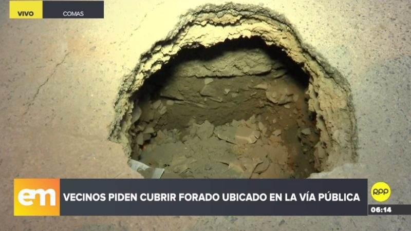 Los vecinos están preocupados porque un niño puede caer en el hoyo y quedar atrapado.