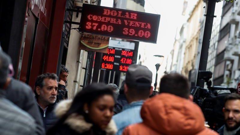 El miércoles la moneda argentina inició una fuerte tendencia a la baja.