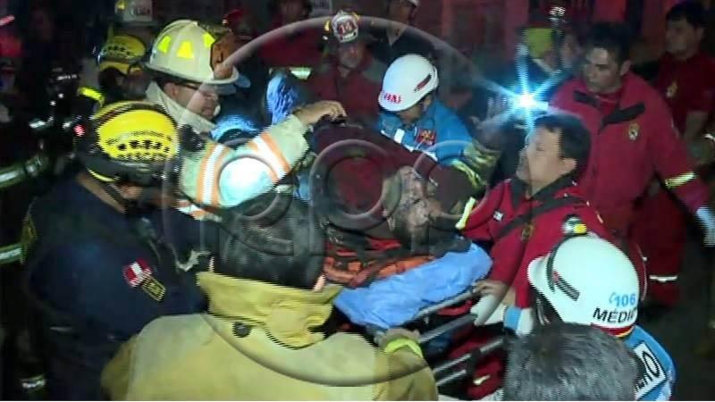Varias compañías de bomberos atendieron el incendio que afectó un solar de Barrios Altos.