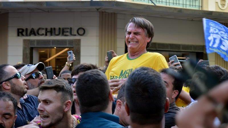Jair Bolsonaro, líder en los sondeos para las elecciones presidenciales de octubre en Brasil, fue acuchillado durante un mitin electoral este jueves.