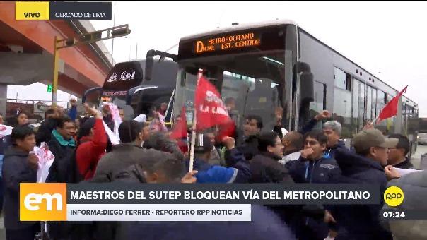 Maestros del Sutep bloquearon vía del Metropolitano.