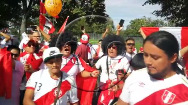 Los hinchas de la Selección Peruana cantando a poco del inicio del partido.