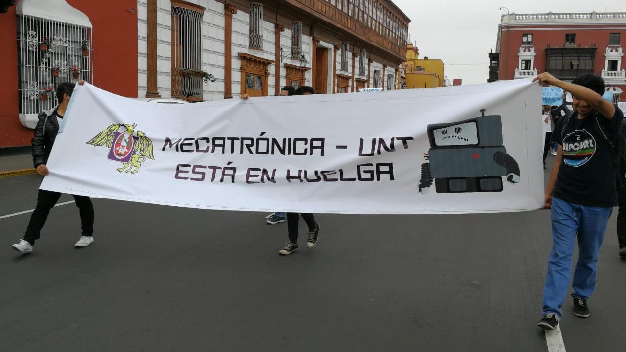 Protestaron movilizándose en el centro de la ciudad.