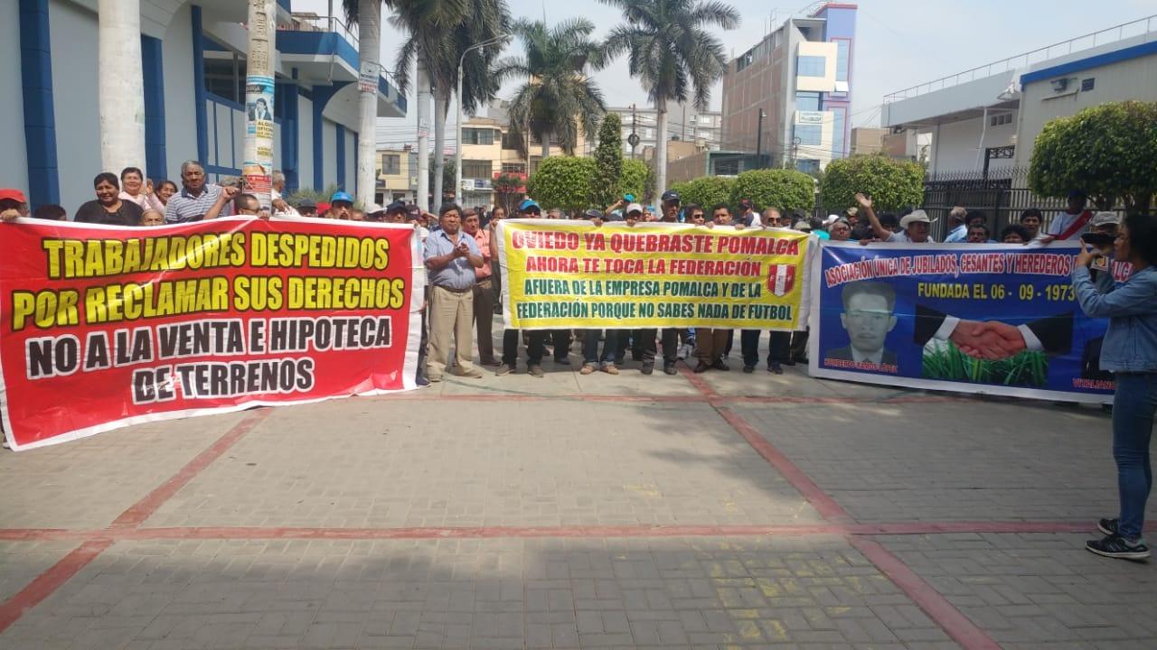Con una serie de banderolas, jubilados protestaron en Corte de Justicia.
