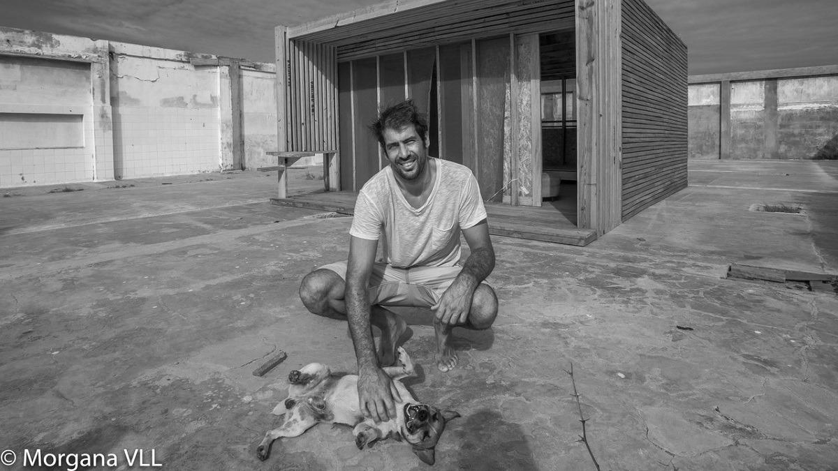 El arquitecto francés Tom Gimbert (37) llegó hace 8 años a Máncora de vacaciones y decidió quedarse para implementar construcciones respetuosas con el medio ambiente.