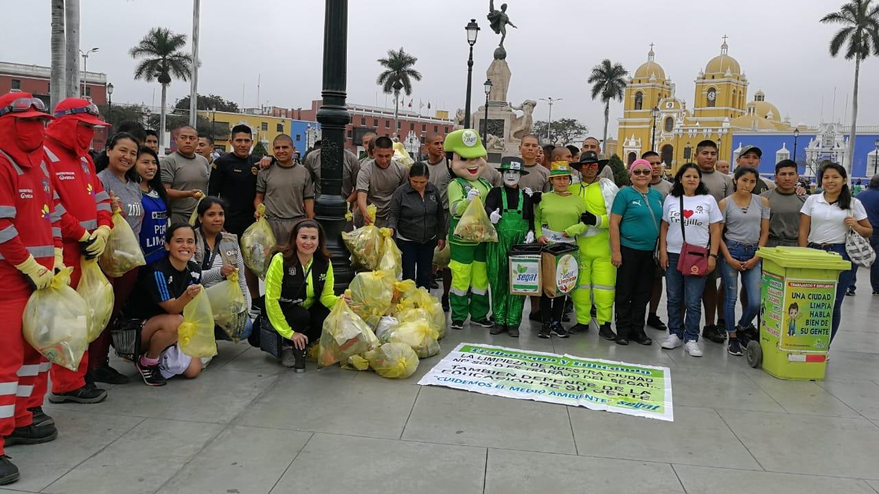 La jornada de limpieza inició en el parque Yonel Arroyo y terminó en la plaza de armas de Trujillo.