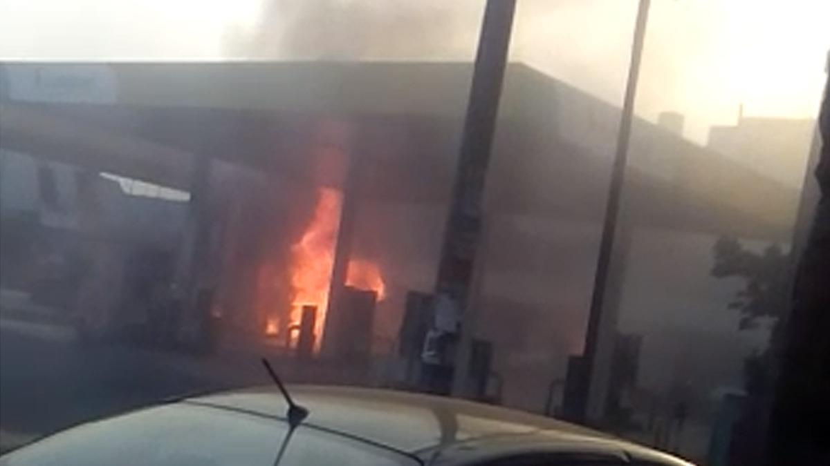 En las imágenes que usuarios enviaron al Rotafono de RPP se aprecia que las llamas alcanzan el techo del grifo.