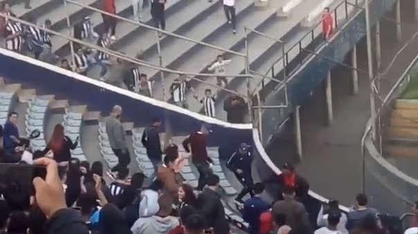Paolo Guerrero abandona el estadio de Alianza Lima.