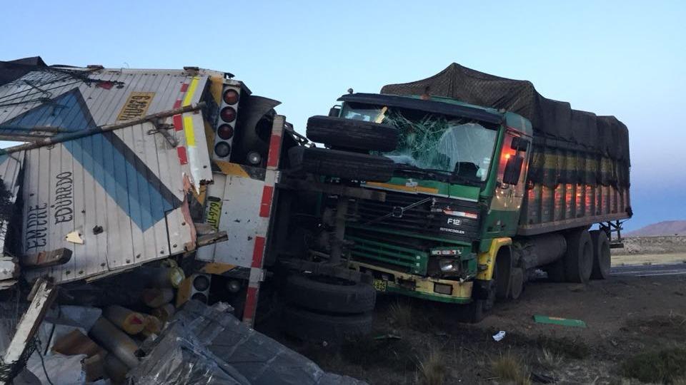 El fuerte impacto ocasionó la muerte del conductor del ómnibus, dejando otras siete personas heridas.