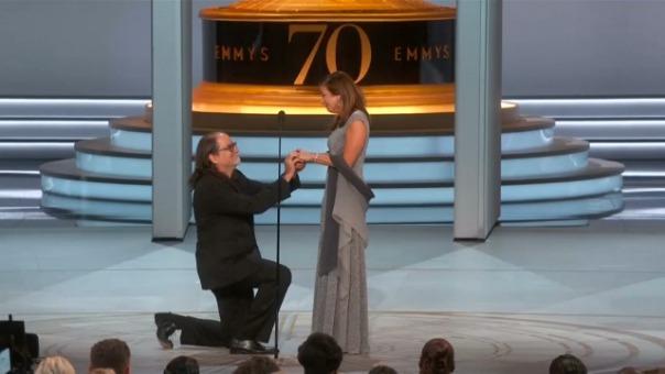 Así fue la pedida de mano del director Glenn Weiss en los Emmy 2018