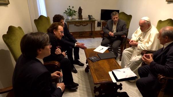 Así fue el encuentro entre Bono Vox y el Papa Francisco. (Video: Reuters)