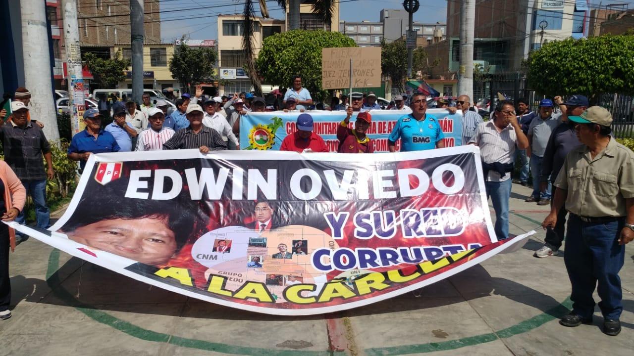Trabajadores se mantienen en desobediencia civil .