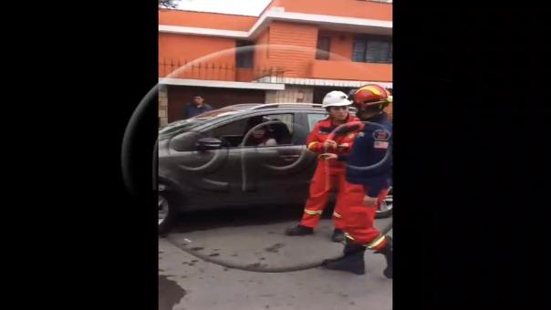 Pese a que intentaban persuadirla la mujer abordó su unidad y ´lo encendió provocando accidente contra dos bomberos que atendían emergencia.