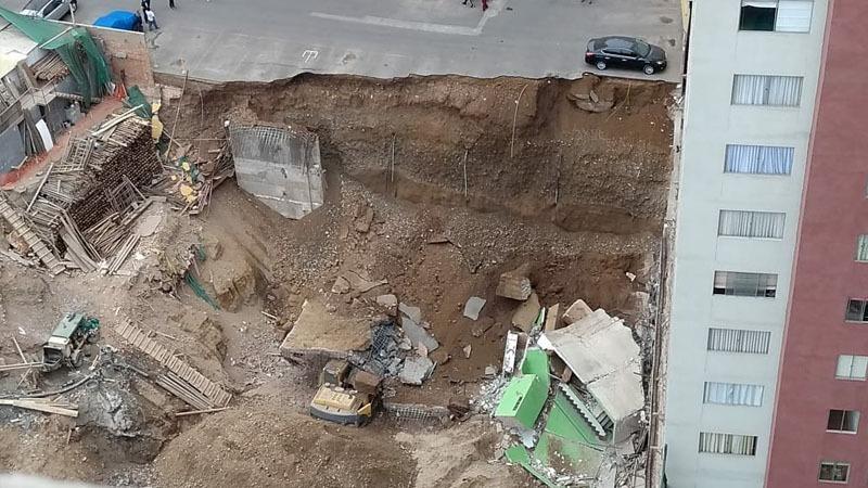 El derrumbe afectó un estacionamiento dentro de un condominio.