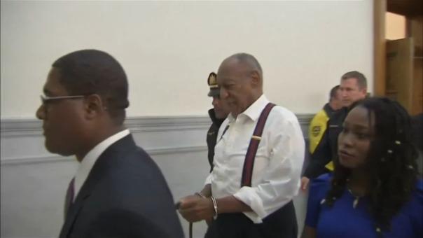 Así fue como Bill Cosby dejó el juzgado tras la lectura de su sentencia: esposado y cabizbajo.