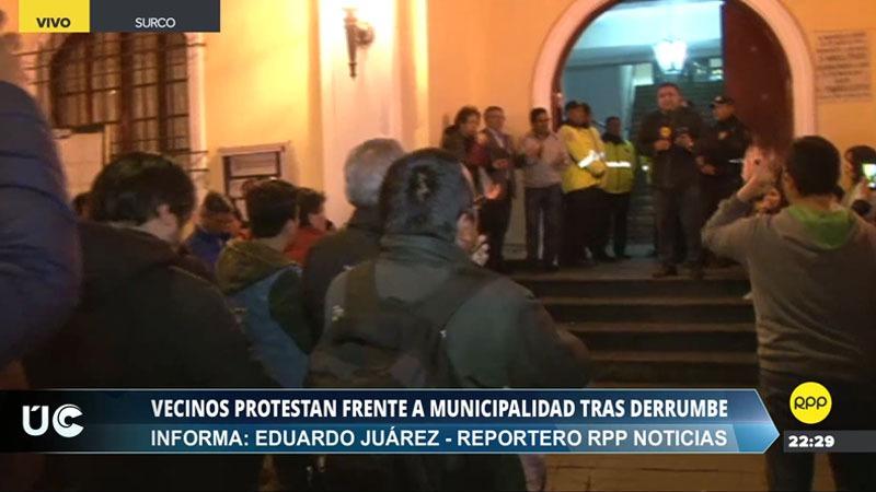 Los vecinos ingresaron hasta la recepción del palacio municipal.
