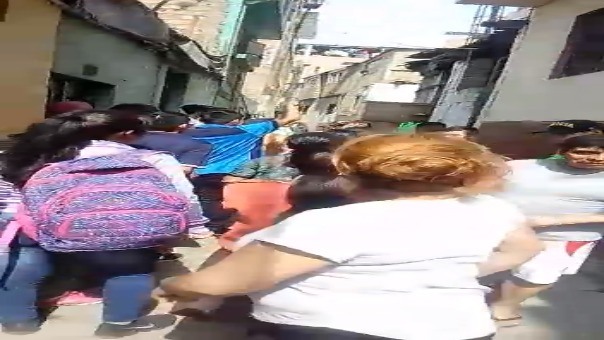 El momento en que la policía detiene al atacante.