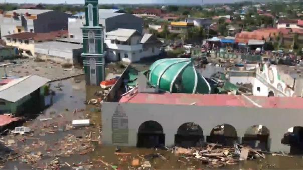 Los problemas más apremiantes son rescatar a las personas atrapadas en los edificios derruidos.