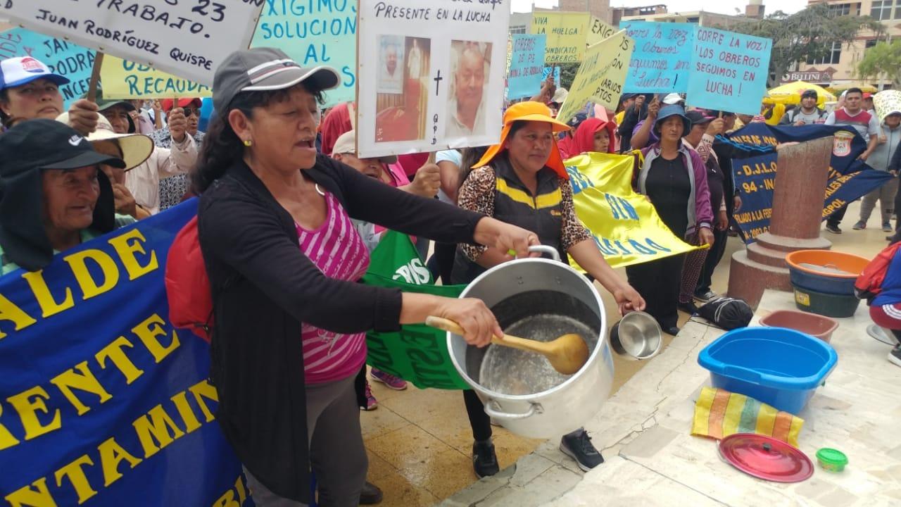 Con ollas vacías, los trabajadores protestaron en frontis del municipio leonardino.