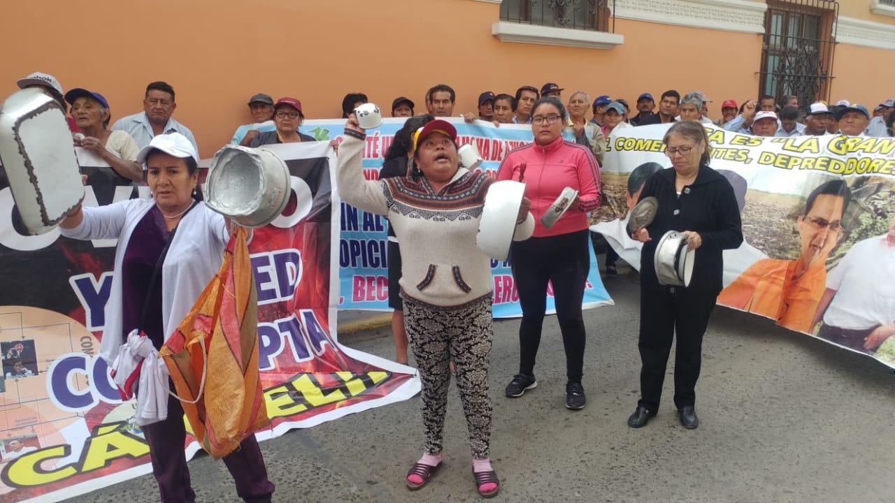 Protesta se realizó en las salas civiles de Chiclayo. Trabajadores llegaron con ollas vacías.